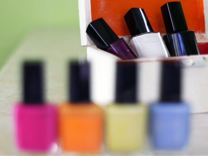 Как накрасить ноготь в разные цвета