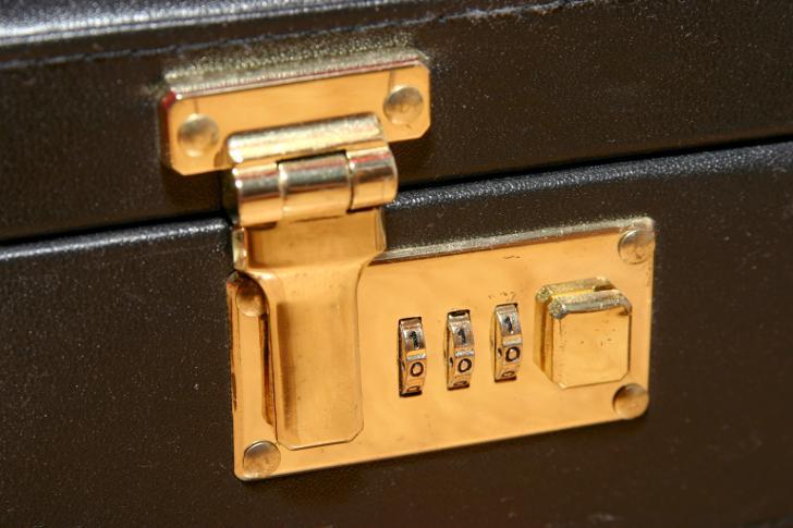 кодовый замок на чемодане как открыть