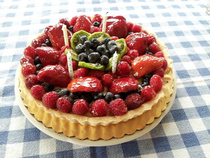 Украшение фруктовых тортов клубникой