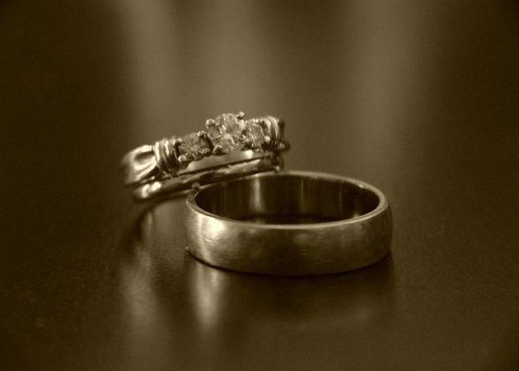 Слишком маленькое кольцо, которое не налезает на палец, – проблемы с детьми; спадающее с него – к убыткам и потерям.