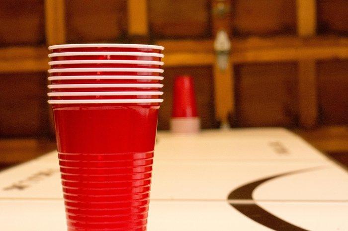 Попасть шариками в стакан